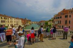 VENEZIA, ITALIA - 18 GIUGNO 2015: I turisti di tutto il mondo arriva a Venezia, ponte piacevole sul canal grande Vecchio romantic Immagini Stock