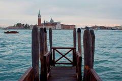 Venezia, Italia Gondole e bello palo della luce nella priorità alta Fotografia Stock Libera da Diritti