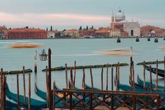 Venezia, Italia Gondole e bello palo della luce nella priorità alta Immagini Stock