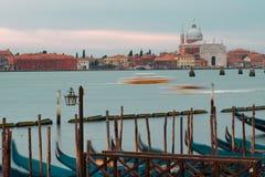 Venezia, Italia Gondole e bello palo della luce nella priorità alta Immagine Stock