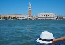 Venezia, Italia La estatua de San Jorge con el lavabo de San Marco en el fondo fotos de archivo