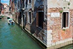 VENEZIA, ITALIA - 14 LUGLIO 2016: Canali tipici con le vecchie case Fotografia Stock Libera da Diritti