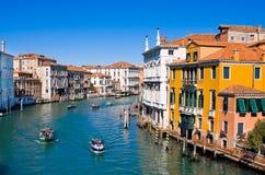 VENEZIA, ITALIA - MARZO 28,2015: Canale grande a Venezia, Italia come visto dal dell'Accademia di Ponte Fotografie Stock Libere da Diritti