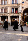 Venezia, Italia - 11 marzo 2012: Donna nella condizione rossa del vestito sul balcone di costruzione antica a Venezia fotografia stock libera da diritti