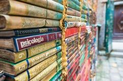 VENEZIA, ITALIA - 22 MARZO 2014: Vecchi libri della libreria di Acqua Alta Immagini Stock