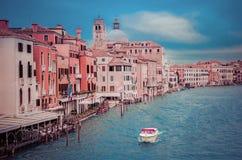 VENEZIA, ITALIA - 13 NOVEMBRE 2016: Canale grande dal degli di Ponte Fotografie Stock Libere da Diritti