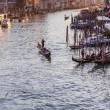 VENEZIA, ITALIA - 27 OTTOBRE 2016: Canal grande famoso dal ponte di Rialto sul tramonto a Venezia, Italia fotografia stock libera da diritti