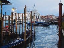 VENEZIA, ITALIA - 6 OTTOBRE 2017: Cattedrale di Santa Maria della Salute e della gondola nella priorità alta a Venezia, Italia Fotografia Stock