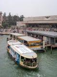 Venezia, Italia - 13 ottobre 2017: Costruzione della stazione ferroviaria di Santa Lucia a Venezia Nella priorità alta c'è un fiu Fotografia Stock