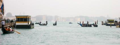VENEZIA, ITALIA - 26 OTTOBRE: Gondoliere che ferrying il alon dei passeggeri immagini stock libere da diritti