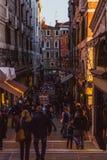 VENEZIA, ITALIA - 27 OTTOBRE 2016: La gente sulla via a Venezia sul tramonto, Italia fotografie stock libere da diritti