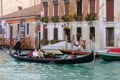 VENEZIA, ITALIA - 26 OTTOBRE: Passeggeri ferrying delle gondoliere avanti fotografia stock libera da diritti