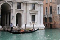 VENEZIA, ITALIA - 26 OTTOBRE: Rematura delle gondoliere lungo un canale nella V immagine stock