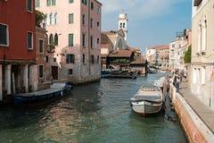 Venezia, Italia, turisti cammina sull'argine del canale di fronte a San Trovaso fotografie stock