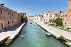 Venezia, Italia - turisti con le canoe variopinte Immagini Stock