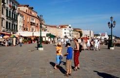 Venezia, Italia: Turisti su Riva della Schiavoni immagine stock