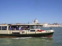 Venezia, Italie L'équitation traditionnelle d'autobus de l'eau au bassin de l'eau de St Mark photo stock
