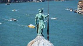Venezia, italy A estátua de San Giorgio com a bacia de San Marco no fundo fotografia de stock royalty free