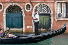 VENEZIA, ITALY/EUROPE - 12 OTTOBRE: Gondoliere che maneggiano il suo tradein immagini stock libere da diritti