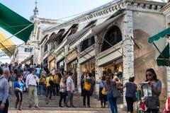 VENEZIA, ITALY/EUROPE - 12 OTTOBRE: Turisti sul Rialto Bridg fotografia stock libera da diritti