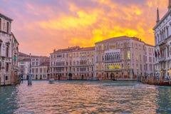 Venezia kanal som är stor på solnedgånglagunstaden i vinterloppeuro royaltyfria bilder