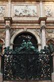 Venezia - la porta di entrata del Belltower immagine stock