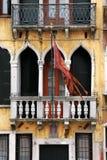 Venezia: Palazzo di XIVº secolo con la bandierina della città fotografie stock