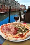 Venezia: pizza squisita con un vetro di vino fotografia stock