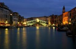 Venezia Rialto alla notte Immagine Stock Libera da Diritti