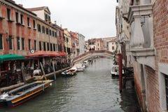 Venezia romantique dans le bella Italie de La avec un certain gelatti images stock