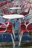 Venezia, sedie dei caffè all'aperto con acqua ad alta marea Fotografia Stock