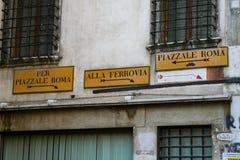 Venezia, segnali stradali del metallo giallo fotografia stock