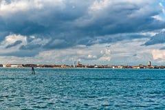 Venezia Shoreline sotto Gray Clouds Fotografie Stock Libere da Diritti