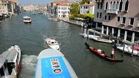 Venezia Traffico attivo su Grand Canal stock footage