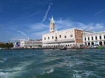 Venezia: Una chiesa ad un canale fotografie stock