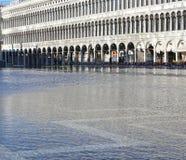 Venezia, VE, Italia - 31 gennaio 2015: alta marea ed il palazzo Fotografie Stock Libere da Diritti