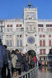 VENEZIA, VE, ITALIA - 31 gennaio 2015: turisti nella passeggiata di Venezia sopra Fotografia Stock