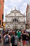 Venezia Via con la chiesa fotografia stock libera da diritti