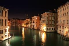 Venezia: Vista di notte dal ponticello di Rialto fotografia stock libera da diritti
