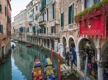 Venezia, Włochy, Luty 6, 2016: Wenecja podczas karnawałowego okresu Karnawał Wenecja jest rocznym festiwalem trzymającym w Wenecj fotografia stock