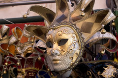 Venezian karnevalmaskering framme av Shop Arkivbilder