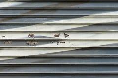 Venezianas de madeira danificadas velhas abstratas da parede com quebras e pintura gasto Máscaras pálidas e tons do fundo texture Fotos de Stock