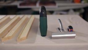 Venezianas de madeira na tabela video estoque