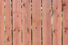 Venezianas verticais lisas Cerca das placas com os nós pintados com pintura marrom Fundo com textura de madeira velha imagem de stock royalty free