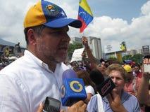 Venezolanischer Oppositionsführer und Kongressabgeordnetes Luis Florido, der eine Rede während des Sit-in im April 2017 Caracas V Stockfotos