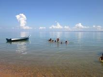 Venezolanisches gebürtiges Boot, das auf einem ruhigen Strand stillsteht Lizenzfreie Stockfotos
