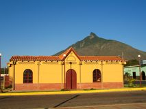 Venezuela, Cerro Santa Monument und gelbes tipical Haus, Falkezustand stockfoto