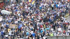 Venezuela de Caracas cerca do protesto 2017 para a liberdade na Venezuela Grande multidão filme