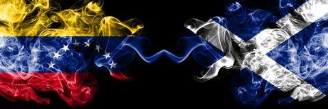 Venezuela vs Skottland, skotska rökiga mystikerflaggor förlade sidan - vid - sidan Tjocka kulöra silkeslena rökflaggor av Venezue royaltyfri illustrationer
