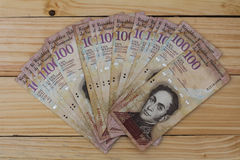 Venezuelansk valutapengarBolivares Bs 100 kassa arkivfoton